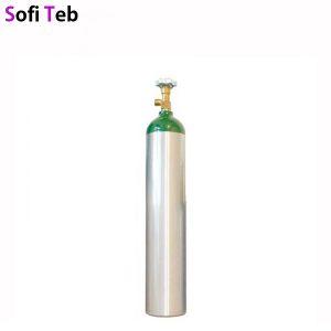 تفاوت اکسیژن ساز و کپسول اکسیژن دستگاه اکسیژن ساز وسیله ای برای تولید اکسیژن خالص به صورت همیشگی بدون محدودیت می باشد اما کپسول اکسیژن تنها مخزنی برای نگه داری اکسیژن می باشد که تنها چند ساعت توانایی تامین اکسیژن مورد نیاز کاربر را دارد و در صورت تخلیه شدن باید مجددا پر شده و اکسیژن آن شارژ شود. دستگاه اکسیژن ساز هوای اطراف خود را داخل دستگاه هدایت کرده و از قسمتی به اسم سنگ سنگ زئولیت عبور می دهد این عبور موجب جداسازی ناخالصی های موجود در هوا شده و اکسیژن خالص از دستگاه خارج می شود و توسط ماسک یا نازال به مجاری تنفسی بیمار انتقال داده می شود این دستگاه هیچ گونه محدودیتی نداشته و تا زمانی که به برق متصل باشد قادر به تولید اکسیژن خالص می باشد. اما کپسول اکسیژن وسیله ای برای جمع آوری اکسیژن خالص است که این اکسیژن هم به صورت گاز هم به صورت مایع وجود دارد. که توسط مانومتر و لوله های رابط به فردی که در شرایط خاصی نیازمند دریافت اکسیژن است وصل می شود. یکی از ویژگی های منفی کپسول اکسیژن محدودیت استفاده از آن است که هر چند ساعت یک بار نیازمند شارژ مجدد می باشد. که همین موجب صرف هزینه بیش تر و وقت و انرژی بیش تری می شود. بنا بر این دستگاه اکسیژن ساز بسیار مقرون به صرفه تر است. لوازم جانبی دستگاه اکسیژن ساز وسایل اکسیژن رسانی به بیمار ( مصرفی ) لیوان مرطوب کننده نازل کانولا ماسک فیلتر کابل برق ستون های زئولیت باطری اضافی نحوه کار کرد دستگاه اکسیژن ساز ابتدا دستگاه را به برق متصل کرده سپس دستگاه شروع به جذب هوای اطراف می کند ماسک یا نازال را ابتدا به دستگاه سپس به بیمار متصل کنید میزان خروجی دستگاه را با توجه به نیاز بیمار تنظیم می شود دستگاه شروع به اکسیژن رسانی می کند و توانایی تولید اکسیژن به صورت بیست و چهار ساعته و دائمی را دارد لوازم جانبی کپسول اکسیژن فلومتر آمبوبگ لیوان مرطوب کننده شیر مانومتر گیج مانومتر